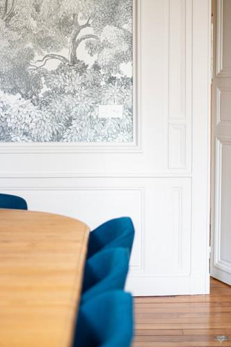 Aménagement et décoration d'une maison de maître à Annecy, par Carnets Libellule. Coralie Vasseur est votre architecte d'intérieur UFDI à Compiègne, Annecy et sur toute la France : focus sur le papier peint graphique qui vient sublimer le mur