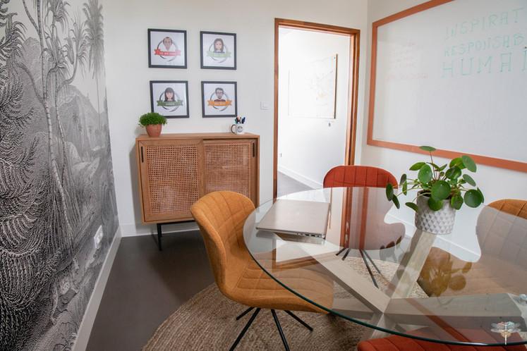 Aménagement et décoration d'un espace de bureaux professionnels à Senlis, pour DecoWorkers, par Carnets Libellule. Coralie Vasseur est votre architecte d'intérieur UFDI à Compiegne : salle de créativité et réunion avec grand tableau blanc sur-mesure