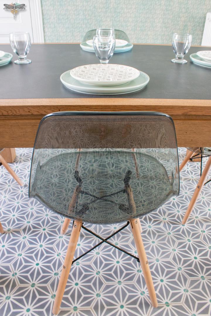 Agencement et décoration d'une cuisine moderne à Senlis dans l'Oise par Carnets Libellule. Coralie Vasseur est votre Décoratrice d'intérieur UFDI à Compiegne : chaise eames du coin repas et carreaux de ciment bahya sur mesure