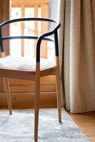 Décoration d'un chalet de montagne à Val d'Isère, par Carnets Libellule. Coralie Vasseur est votre architecte d'intérieur UFDI en Savoie et sur toute la France : zoom sur la chaise design Dojo et rideaux sur mesure