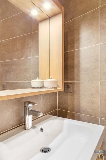 Rénovation et décoration d'une salle d'eau aux couleurs naturelles à Paris par Carnets Libellule. Coralie Vasseur est votre Décoratrice d'intérieur UFDI à Compiegne : miroir en bois avec tablette pour meuble vasque