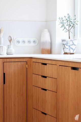 Création d'une cuisine au design sur-mesure à Annecy, par le Studio Coralie Vasseur. Coralie Vasseur est votre architecte d'intérieur et décoratrice UFDI à Annecy, Megève et en Haute Savoie : caissons de cuisine en bambou avec tiroirs sur mesure