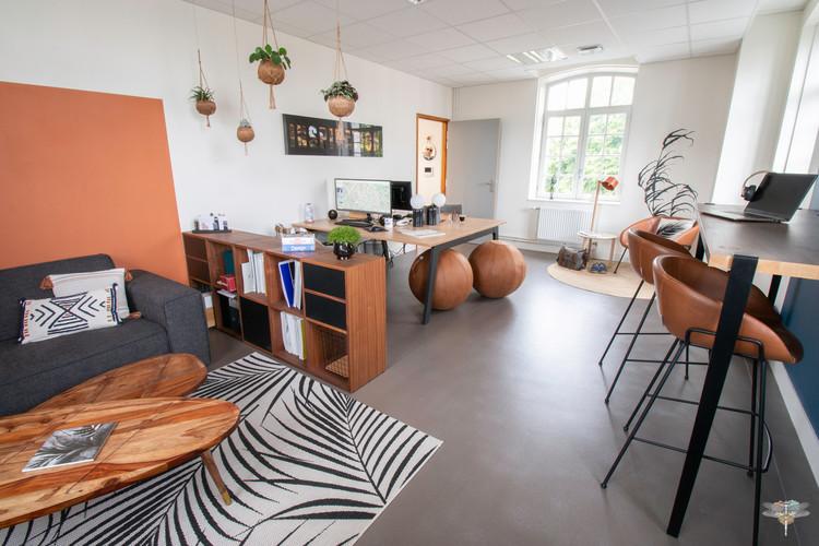Aménagement et décoration d'un espace de bureaux professionnels à Senlis, pour DecoWorkers, par Carnets Libellule. Coralie Vasseur est votre architecte d'intérieur UFDI à Compiegne : vue d'ensemble du workspace de la startup rythmé par le flex office