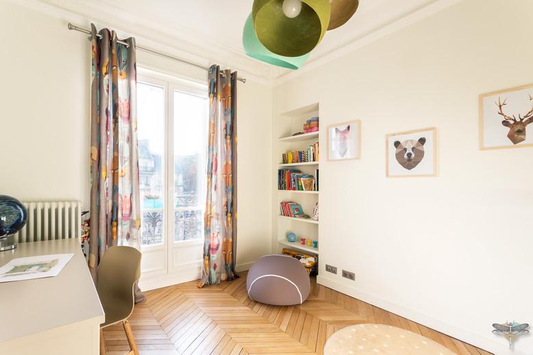 Rénovation et décoration d'une chambre d'enfant pour un petit garçon à Paris par Carnets Libellule. Coralie Vasseur est votre Décoratrice d'intérieur UFDI à Compiegne : parquet en point de Hongrie, bureau d'enfant et bibliothèque intégrée