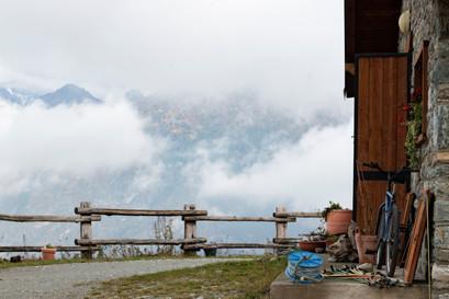 Le chalet dans les nuages, paysage de montagne en automne