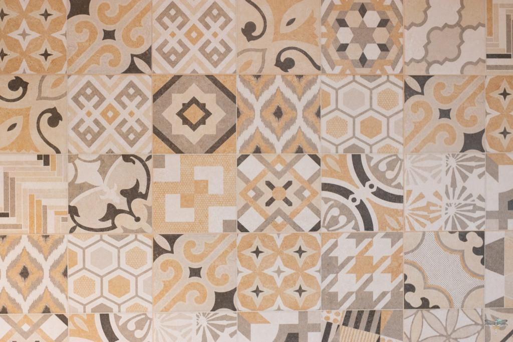 Agencement et décoration d'une salle de bains par Carnets Libellule. Coralie Vasseur est votre Décoratrice d'intérieur UFDI à Compiegne : zoom sur la faïence imitation carreaux de ciment, motifs à l'ancienne et couleurs pastels