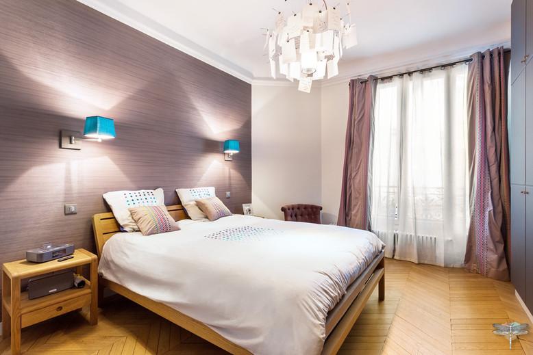 Décoration d'une chambre parentale chic à Paris par Carnets Libellule. Coralie Vasseur est votre Décoratrice d'intérieur UFDI à Compiegne : vue d'ensemble avec lit queen size