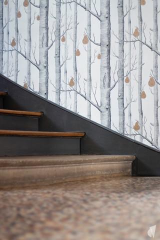 Rénovation et décoration d'une maison bourgeoise à Genève, par le Studio Coralie Vasseur. Coralie Vasseur est votre architecte d'intérieur et décoratrice UFDI à Annecy, Genève et en Haute Savoie : matériaux de l'entrée avec son papier peint graphique et sa mosaïque d'époque