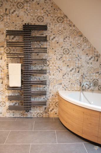 Agencement et décoration d'une salle de bains par Carnets Libellule. Coralie Vasseur est votre Décoratrice d'intérieur UFDI à Compiegne : Sèche-serviette moderne design et mur carrelé avec grès cérame imitation carreaux de ciment