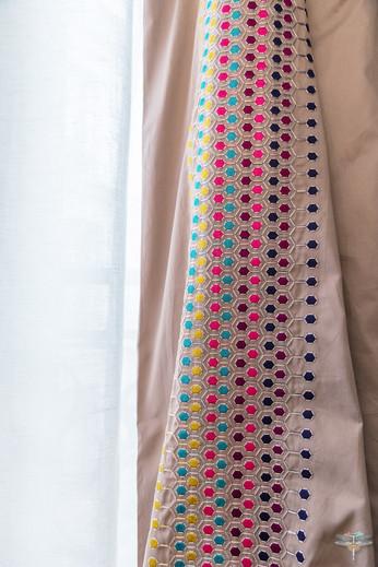 Décoration d'une chambre parentale chic à Paris par Carnets Libellule. Coralie Vasseur est votre Décoratrice d'intérieur UFDI à Compiegne : rideaux confectionnés sur mesure par un tapissier, tissu d'éditeur brodé