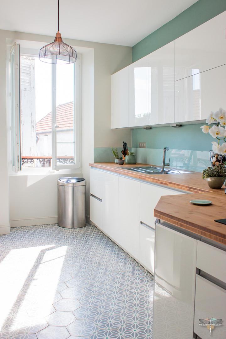 Agencement et décoration d'une cuisine moderne à Senlis dans l'oise par Carnets Libellule. Coralie Vasseur est votre Décoratrice d'intérieur UFDI à Compiegne : vue d'ensemble de la cuisine finition blanc laqué