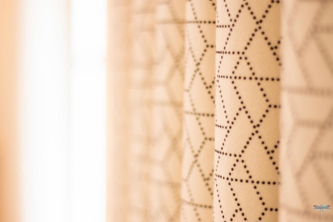 Décoration d'un chalet de montagne à Val d'Isère, par Carnets Libellule. Coralie Vasseur est votre architecte d'intérieur UFDI en Savoie et sur toute la France : zoom sur le tissu Casamance des rideaux sur-mesure