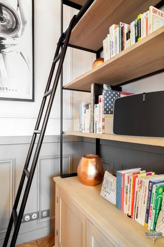 Décoration d'un double salon moderne dans un appartement Haussmannien à Paris 17 par Carnets Libellule. Coralie Vasseur est votre Décoratrice d'intérieur UFDI à Compiegne : bibliothèque en bois blanchi et p