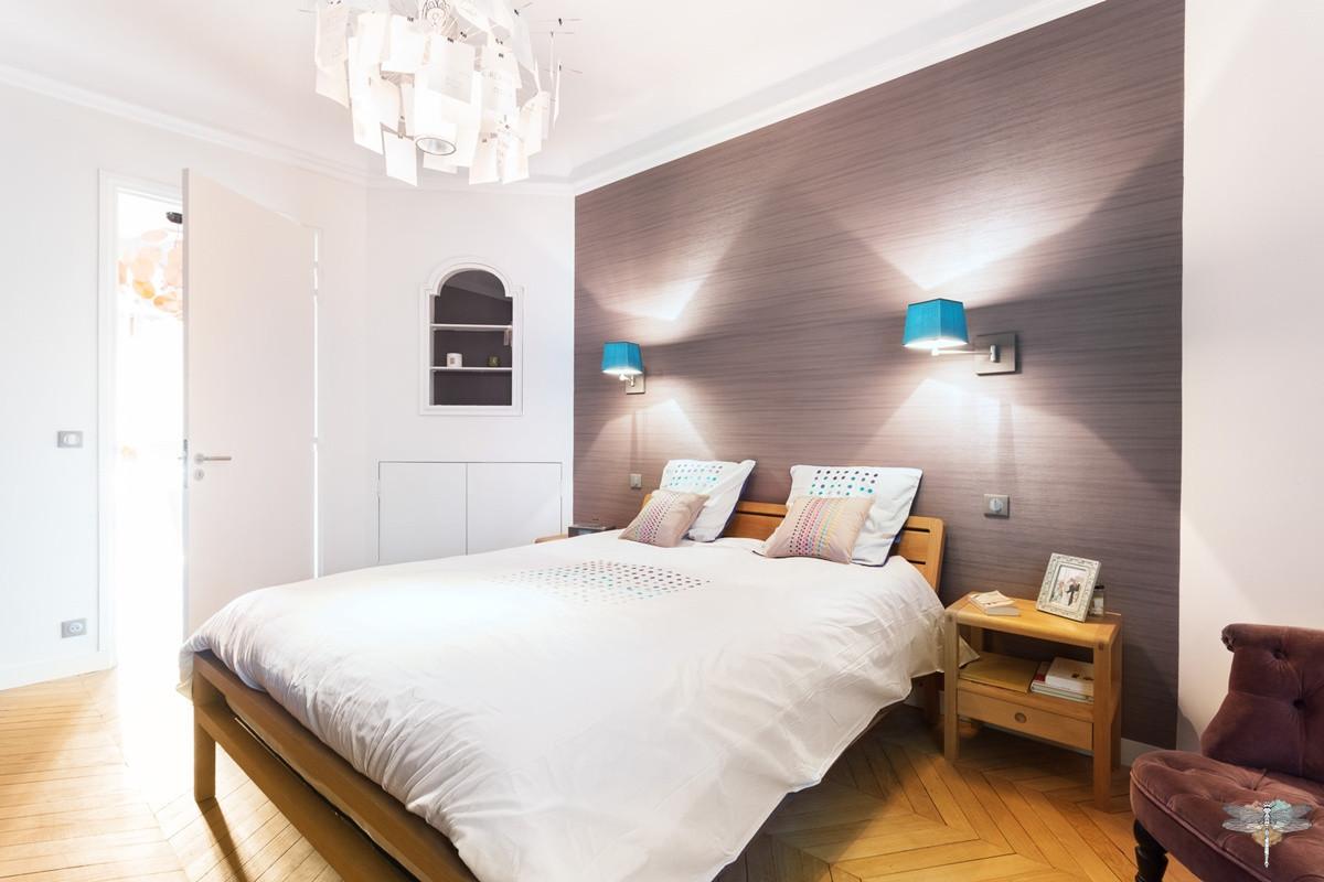 Décoration d'une chambre parentale chic à Paris par Carnets Libellule. Coralie Vasseur est votre Décoratrice d'intérieur UFDI à Compiegne : vue d'ensemble avec tête de lit en papier peint d'éditeur et appliques liseuses