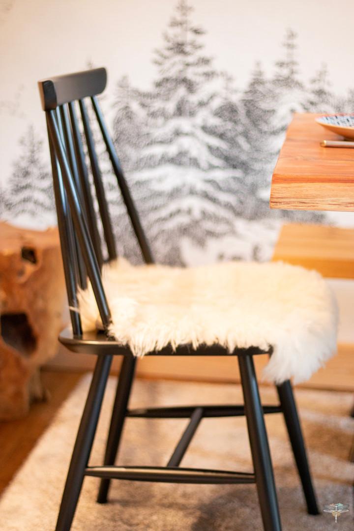 Décoration d'un chalet de montagne à Val d'Isère, par Carnets Libellule. Coralie Vasseur est votre architecte d'intérieur UFDI en Savoie et sur toute la France : zoom sur la chaise en bois noir