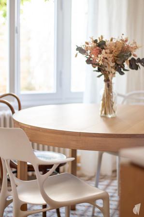 Création d'une cuisine au design sur-mesure à Annecy, par le Studio Coralie Vasseur. Coralie Vasseur est votre architecte d'intérieur et décoratrice UFDI à Annecy, Megève et en Haute Savoie : détail de la salle à manger avec sa table en chêne et les chaises design et anciennes