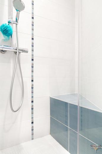 Rénovation et décoration d'une salle de bains parentale lumineuse à Paris par Carnets Libellule. Coralie Vasseur est votre Décoratrice d'intérieur UFDI à Compiegne : aménagement de la douche avec un banc carrelé