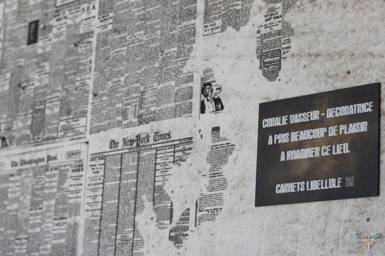 Agencement et décoration du restaurant industriel voyage EAP's CAFE par Carnets Libellule. Coralie Vasseur est votre Décoratrice d'intérieur UFDI à Compiegne : papier peint mapmonde journal