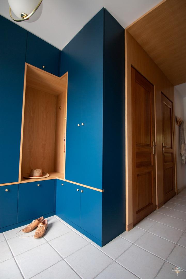 Agencement et décoration d'une entrée par Carnets Libellule. Coralie Vasseur est votre Décoratrice d'intérieur UFDI à Compiegne : arche en bois et dressing sur-mesure avec alcôve qui sert de banc