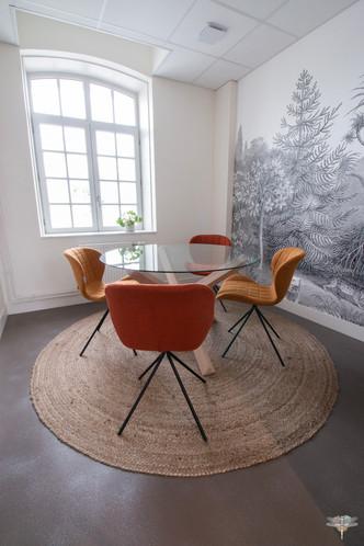 Aménagement et décoration d'un espace de bureaux professionnels à Senlis, pour DecoWorkers, par Carnets Libellule. Coralie Vasseur est votre architecte d'intérieur UFDI à Compiegne : salle de réunion et de créativité, papier peint panoramique voyage
