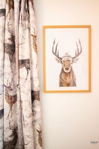 Décoration d'un chalet de montagne à Val d'Isère, par Carnets Libellule. Coralie Vasseur est votre architecte d'intérieur UFDI en Savoie et sur toute la France : zoom sur les rideaux Elaphe de Casamance et l'affiche cerf
