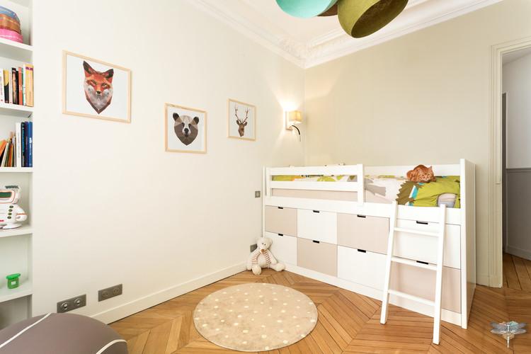 Rénovation et décoration d'une chambre d'enfant pour un petit garçon à Paris par Carnets Libellule. Coralie Vasseur est votre Décoratrice d'intérieur UFDI à Compiegne : lit d'enfant avec rangements intégrés sur-mesure