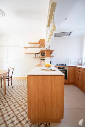 Création d'une cuisine au design sur-mesure à Annecy, par le Studio Coralie Vasseur. Coralie Vasseur est votre architecte d'intérieur et décoratrice UFDI à Annecy, Megève et en Haute Savoie : ilot central de la cuisine ouverte en bambou