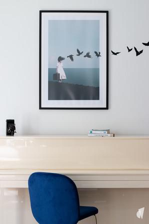 Aménagement et décoration d'une d'une pièce de vie à l'ambiance chic et poétique à Annecy, par l'agence Coralie Vasseur. Coralie Vasseur est votre architecte d'intérieur et décoratrice UFDI à Annecy, Genève et en Haute Savoie : zoom sur le piano et la décoration murale qui sort du cadre