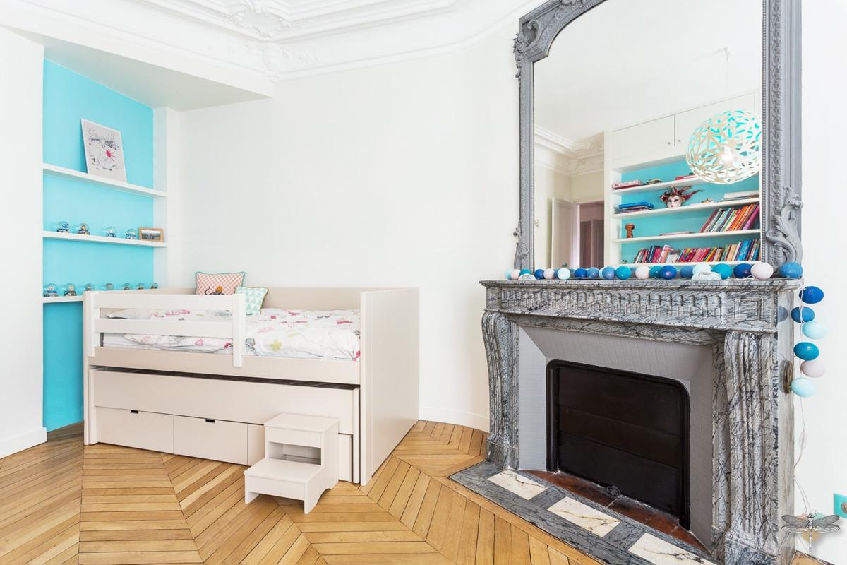 Décoration d'une chambre d'enfant pour une fille adolescente à Paris par Carnets Libellule. Coralie Vasseur est votre Décoratrice d'intérieur UFDI à Compiegne et Paris : lit avec rangements intégré et deuxième lit-coffre, cheminée grise Haussmannienne