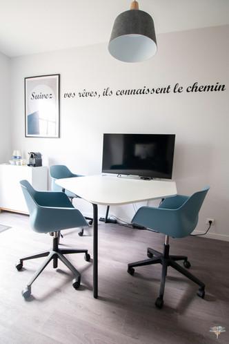 Aménagement et décoration des bureaux du cabinet de ressources humaines BMC à Chantilly, par Carnets Libellule. Coralie Vasseur est votre architecte d'intérieur UFDI à Compiegne : espace réunion