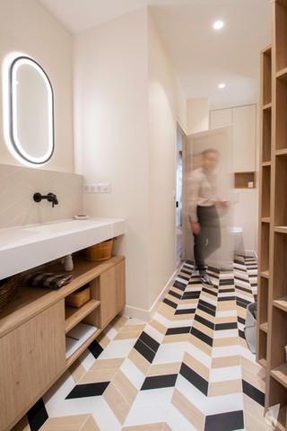 Rénovation et décoration d'une salle d'eau graphique à Annecy, par le Studio Coralie Vasseur. Coralie Vasseur est votre architecte d'intérieur et décoratrice UFDI à Annecy, Genève et en Haute Savoie : vue d'ensemble sur la salle d'eau et son meuble vasque au design sur mesure