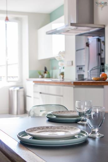 Agencement et décoration d'une cuisine moderne à Senlis dans l'Oise par Carnets Libellule. Coralie Vasseur est votre Décoratrice d'intérieur UFDI à Compiegne : Espace repas et art de la table