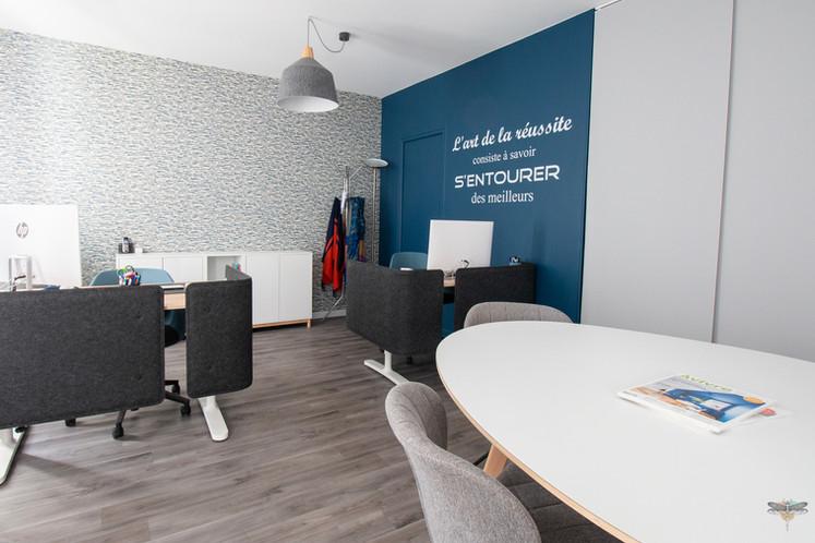 """Aménagement et décoration des bureaux du cabinet de ressources humaines BMC à Chantilly, par Carnets Libellule. Coralie Vasseur est votre architecte d'intérieur UFDI à Compiegne : bureau de recrutement et citation murale """"l'art de la réussite consiste à savoir s'entourer des meilleurs"""""""