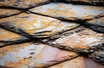 Texture de l'ardoise, toit d'un chalet de montagne