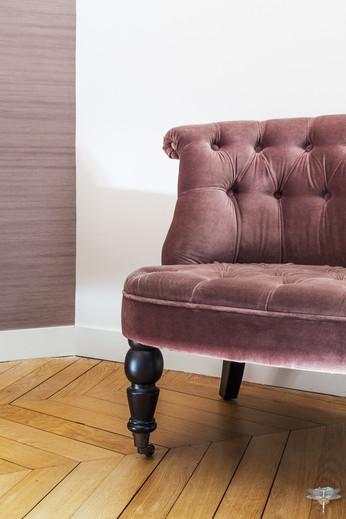 Décoration d'une chambre parentale chic à Paris par Carnets Libellule. Coralie Vasseur est votre Décoratrice d'intérieur UFDI à Compiegne : fauteuil crapaud d'appoint en velours
