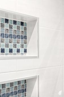 Création d'une salle de bains dans un appartement à Annecy, par le Studio Coralie Vasseur. Coralie Vasseur est votre architecte d'intérieur et décoratrice UFDI à Annecy, Genève et en Haute Savoie : niches encastrées dans la douche