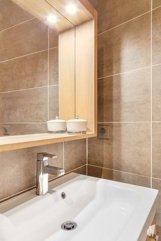 Aménagement et décoration d'une salle d'eau atypique dans un appartement à Annecy, par le Studio Coralie Vasseur. Coralie Vasseur est votre architecte d'intérieur et décoratrice UFDI à Annecy, Genève et en Haute Savoie : focus sur le meuble vasque et son miroir en bois