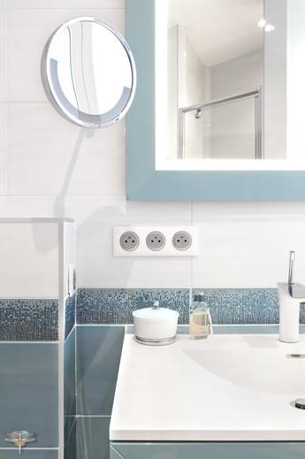 Rénovation et décoration d'une salle de bains parentale lumineuse à Paris par Carnets Libellule. Coralie Vasseur est votre Décoratrice d'intérieur UFDI à Compiegne : harmonie entre le meuble vasque, le miroir et la faïence bleue et blanc cassé