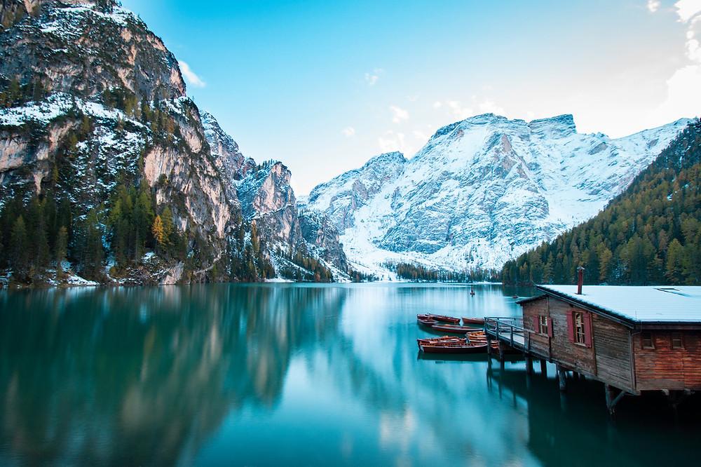 lac de Braies dans les Dolomites avec les montagnes enneigées