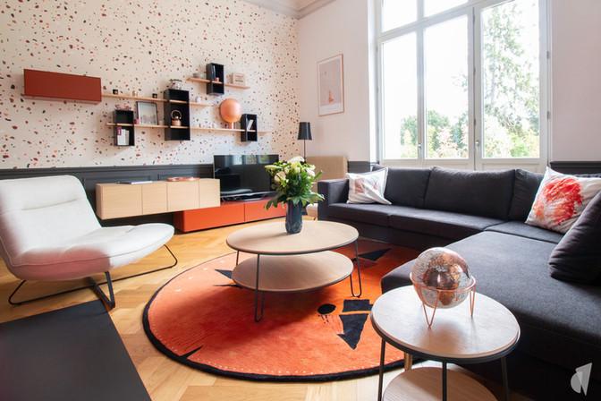 Rénovation et décoration d'une maison bourgeoise à Genève, par le Studio Coralie Vasseur. Coralie Vasseur est votre architecte d'intérieur et décoratrice UFDI à Annecy, Genève et en Haute Savoie : salon cosy avec grand tapis toulemonde bochart et canapé d'angle gris foncé