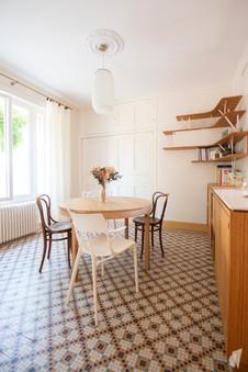 Création d'une cuisine au design sur-mesure à Annecy, par le Studio Coralie Vasseur. Coralie Vasseur est votre architecte d'intérieur et décoratrice UFDI à Annecy, Megève et en Haute Savoie : salle à manger avec sol en mosaïque d'époque et mixte de chaises design et anciennes