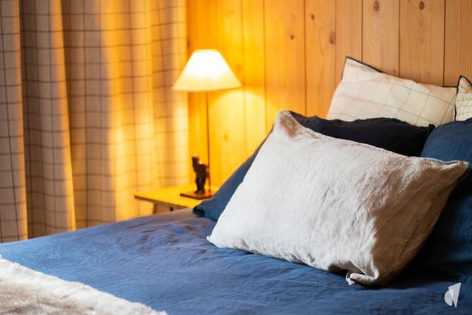 Aménagement et décoration d'une agence de construction de maisons à Compiègne, par l'agence Coralie Vasseur. Coralie Vasseur est votre architecte d'intérieur et décoratrice UFDI à Annecy, Genève et en Haute Savoie : ambiance douce et chaleureuse dans la chambre parentale, linge de lit en lin