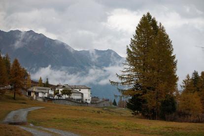 Paysage mystique avec les nuages bas dans les montagnes