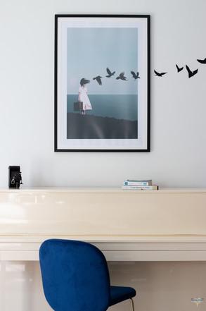 Décoration d'une pièce de vie chic et poétique à Compiègne par Carnets Libellule. Coralie Vasseur est votre Décoratrice d'intérieur UFDI dans l'Oise : zoom sur le cadre aux oiseaux et ses stickers poétiques