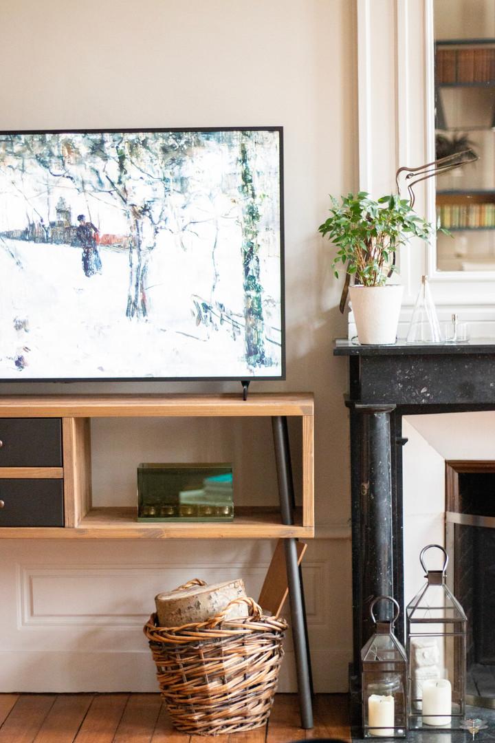 Aménagement et décoration d'une maison de maître à Annecy, par Carnets Libellule. Coralie Vasseur est votre architecte d'intérieur UFDI à Compiègne, Annecy et sur toute la France : zoom sur le coin tv du salon avec the frame