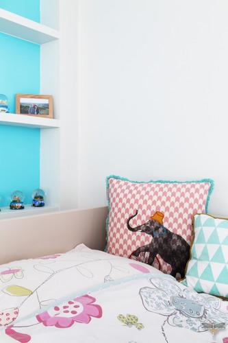 Décoration d'une chambre d'enfant pour une fille adolescente à Paris par Carnets Libellule. Coralie Vasseur est votre Décoratrice d'intérieur UFDI à Compiegne et Paris : coussins à motifs enfants