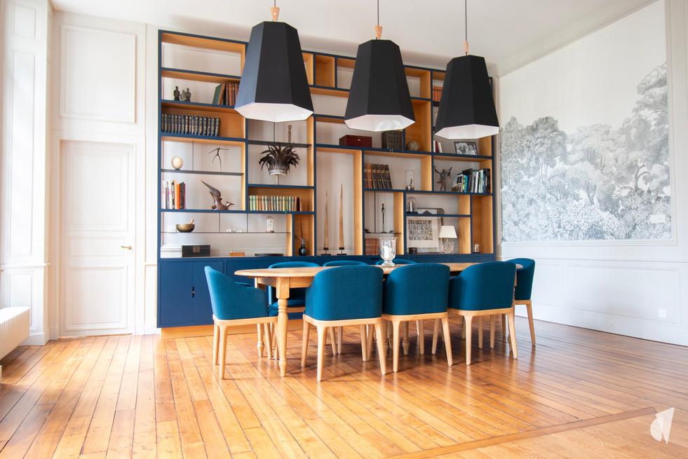 Aménagement et décoration d'une maison de maître à Annecy, par l'agence Coralie Vasseur. Coralie Vasseur est votre architecte d'intérieur et décoratrice UFDI à Annecy, Genève et en Haute Savoie : salle à manger au style chic et graphique