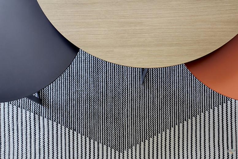 Décoration d'une pièce de vie contemporaine à l'ambiance voyage par Carnets Libellule. Coralie Vasseur est votre Décoratrice d'intérieur UFDI à Compiegne : détail tapis graphique noir et blanc et tables gigognes bois gris et brique