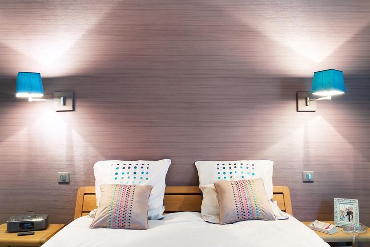 Décoration d'une chambre parentale chic à Paris par Carnets Libellule. Coralie Vasseur est votre Décoratrice d'intérieur UFDI à Compiegne : tête de lit avec papier peint Arte couleur taupe