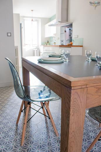 Agencement et décoration d'une cuisine moderne à Senlis dans l'Oise par Carnets Libellule. Coralie Vasseur est votre Décoratrice d'intérieur UFDI à Compiegne : espace salle à manger sur cuisine ouverte